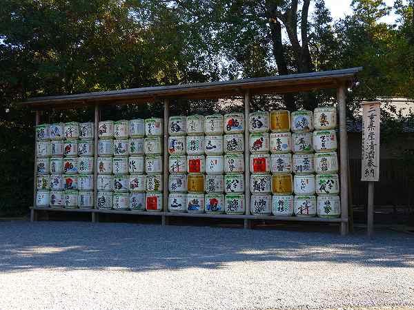 17.奉納地酒の樽を見つつ.jpg