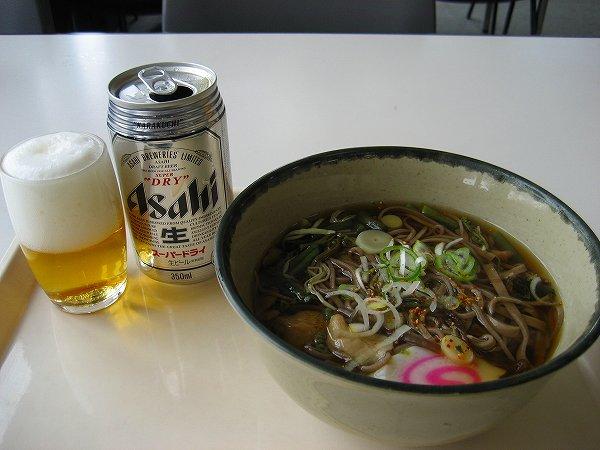 19.山菜そば+缶ビール.jpg