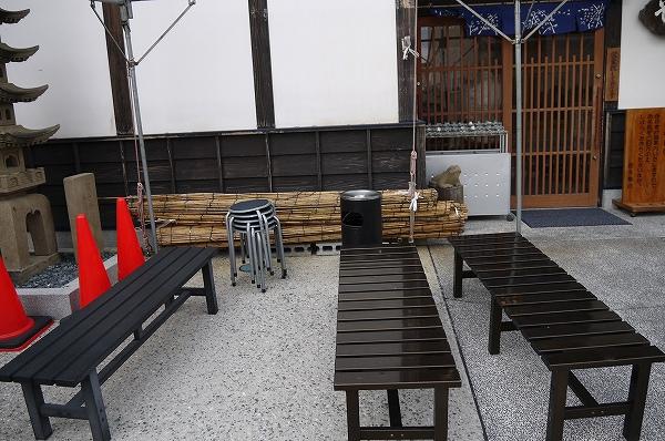 2.おそらく外待ち用の椅子.jpg