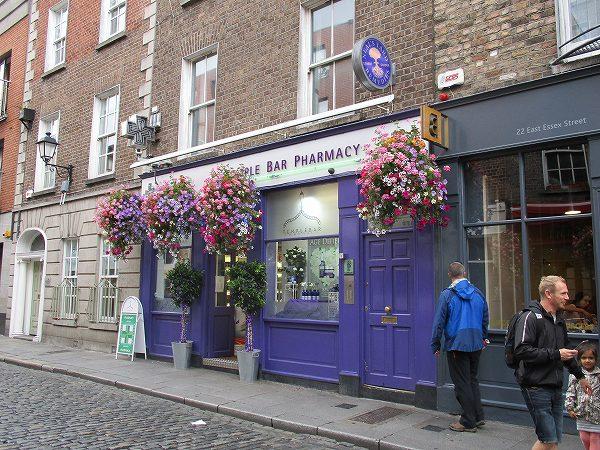 2.斜向かいの薬局は紫色.jpg