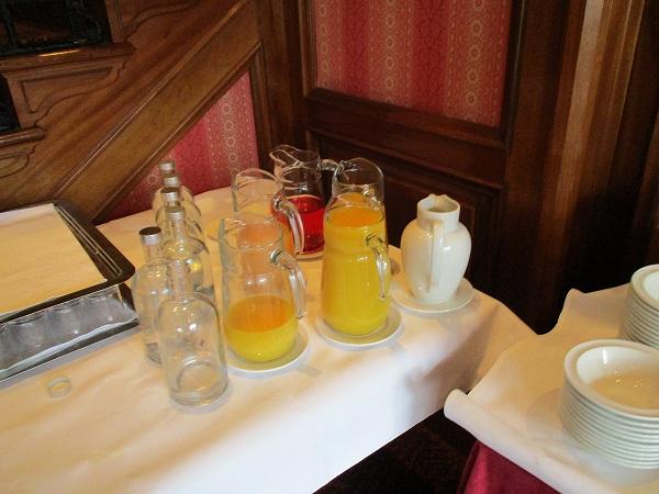 2.水、オレンジジュース、牛乳.jpg