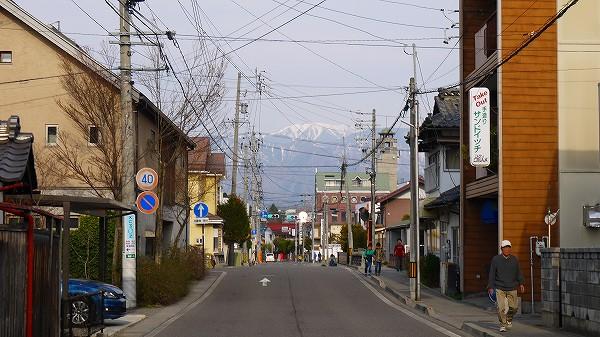 23.建物と建物の間に2000m級の山.jpg