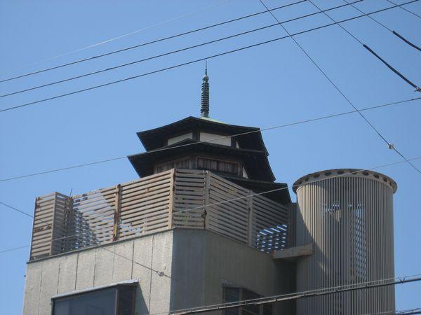 3.屋根上に寺院(?)を発見.JPG
