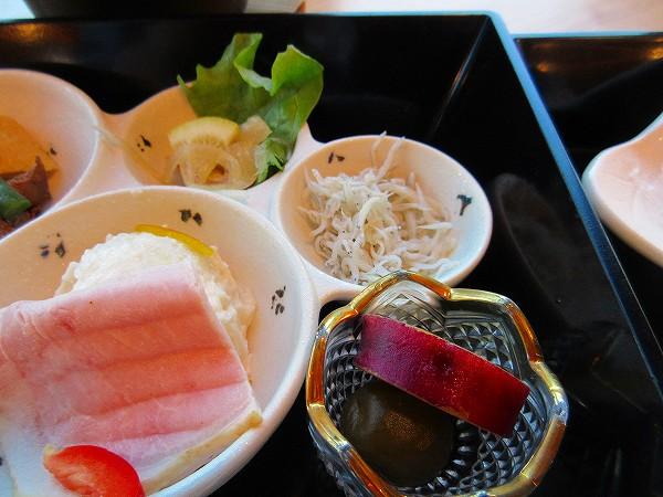 35.ポテサラにしらず、薩摩芋の煮たもの.jpg