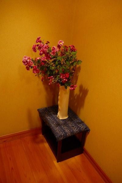 12.階段の途中の活け花.jpg