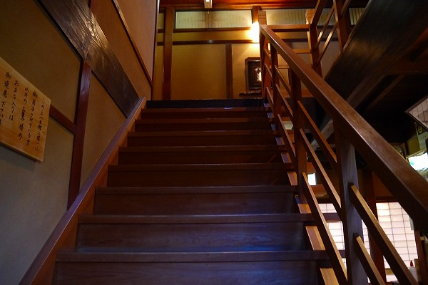 8.本館2Fへの階段.jpg